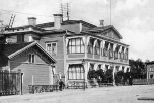 HAMNKROG. Innan Wilhelmina Skoghs karriär kom igång på allvar arbetade hon som servitris på Hotell Fenix som låg på Alderholmen i Gävle.