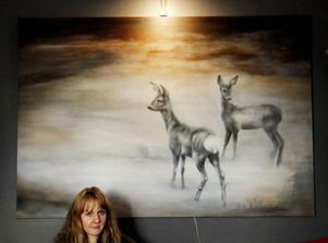 Rådjuren på tavlan har sin förlaga från ett foto taget ut genom köksfönstret i Strömsnäs.