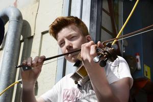 Gustav Norlin spelar fiol i sommarorkestern.