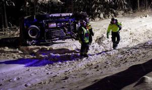 Föraren till bilen som voltade fördes tills sjukhus där man också kontrollerade hans promillehalt. Foto: henrik Flygare