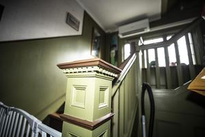 Det är inte bara på utsidan det är snickarglädje utan även på flera ställen inomhus. Här är en stolpe i trapphuset.