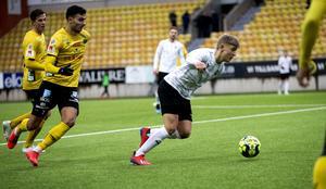 Dennis Collander är steget före Elfsborgsanfallaren Denniz Hümmet på Borås arena under träningsmatchen mot ÖSK förlorade med 2–0.