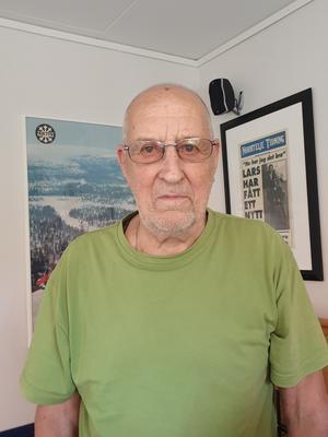 Sune Ansell, 88, har själv arbetat som taxichaufför i många år och är inte imponerad av Sverigetaxis leverans. Foto: Linda Eriksson