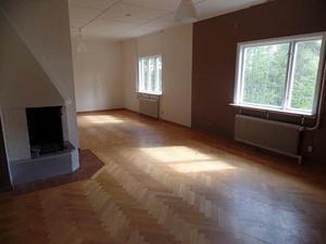Båda lägenheterna har varsin öppen spis. Foto: Fastighetsbyrån Fagersta