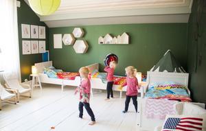 Trillingarna Angcelo, Dagny och Florence delar rum. Men nästa projekt är att ordna ett varsitt rum till barnen och bygga ett nytt sovrum till Pernilla och Viktor i tornet.