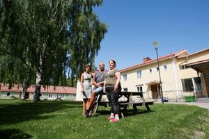 Bygdegården och annexet/vaktmästarbostaden  som den låga gröna längan heter. Från vänster, Pernilla Neuman, IFO chef i Hofors kommun, Anders Svensson, förståndare på Bygdegården och Linda Håenström, en av de varslade personalen som jobbat på Bygdegården i åtta år.