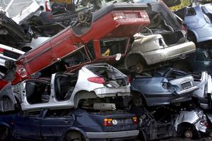 En skrotningspremie på 10 000 kronor skulle innebära att fler äldre och miljöfarliga bilar skrotas, menar debattörerna.