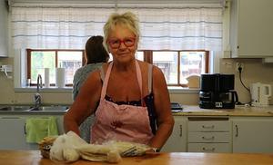Agneta Jönsson och de andra husmödrarna på Gammelgården ställde in onsdags-fikat och bredde tunnbrödsstutar till de frivilliga brandarbetarna.