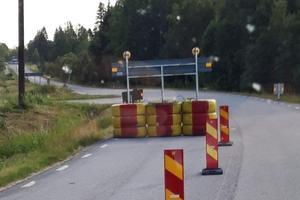 Vid vissa vägarbeten lämnas avstängningar kvar i flera dagar, som på bilden från Medskogsbron, skriver insändarförfattaren.
