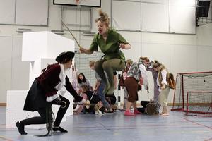 I uppsättningen spelas både Peter Pan och Kapten Krok av kvinnor.