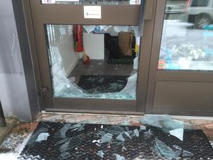 Vid tolvtiden på måndagen var polisens tekniker på plats för att undersöka lokalerna.