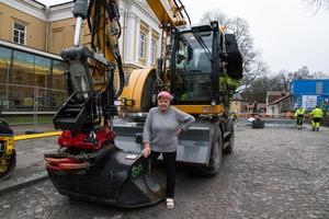 Kompis med fridstöraren. Marion Belin väljer att inte ta sig själv på alltför stort allvar. Det är mycket humor i hennes konst. Här bekantar hon sig med grävmaskinen som stört henne under en tid.