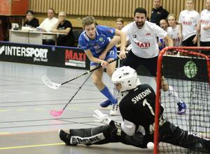 David Persson testar skott, men bollen vill inte i mål.