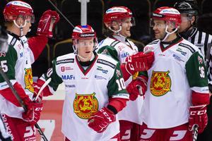 Niklas Fogström till höger i jubel med Anton Schagerberg, Dustin Gazley och Adam Masuhr. Fogström var dock allt annat än nöjd med sin egen insats mot Modo, där han bland annat drog på sig fyra utvisningar. Foto: Erik Mårtensson/BILDBYRÅN