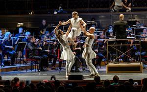 Fyra dansare och en orkester möter publiken med olika infallsvinklar om stjärnor – om divor, wannabes och vår existens i universum. Bilden är från föreställningen i Stockholms konserthus.Foto: Jan-Olav Wedin