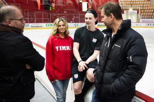 Familjen Dahlén fick sällskap under samtalet efter matchen av mångårige vännen och sportchefen i Timrå IK, Kent Norberg. Det blev många skratt från kvartetten.