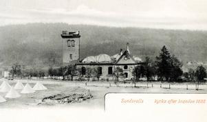 Den utbrända kyrkan och tältlägret efter Sundsvallsbranden 1888.