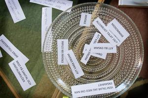 Berit har klippt ut ord som sammanfattar ensamhet. De ligger i en skål på bordet.