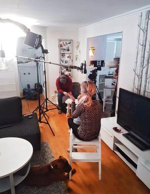 Johanna vande sig snart vid att vara omgiven av kameror. Foto: Privat