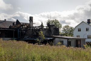 Den gamla bryggeribyggnaden totalförstördes i branden. Ladan bakom och Carl-Herman Schneiders vita hus klarade sig.