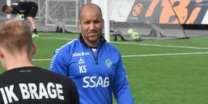 Klebér Saarenpää leder tränarmatchen mot Andreas Brännström med 1–0.