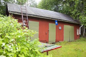 Här i den gamla ladan bodde det getter någon gång på 1800-talet.