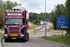 Fordonet körde upp på Strömsbrovägen för att sedan backa tillbaka på Hamnleden och vidare färd norrut.