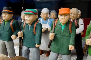 Det tar ungefär en dag att tälja en figur för Sten Johansson i Mordviken.  Jägargubbarna är populära presenter i Jämtland.
