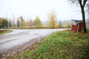 Busshållplatsen är belägen nära den skarpa svängen på Garpenbergsvägen.