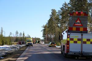 Riksväg 70 stängdes av i båda riktningarna under både saneringen och bärgningen av timmerbilen.
