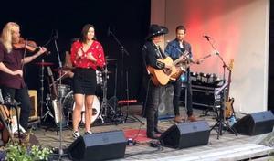 Vilma Gunnarsson fick sjunga en sång med Doug Seegers