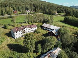 Logårdens baksida. Bild: Mäklarfirman Carlsson Ring