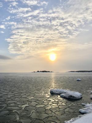Foto: Madeleine Leveque   Den här bilden är tagen i Brännsand ute på Tynderö (Timrå ) strax efter sju på morgonen. Det var lugnt och isblocken låg och guppade fram och tillbaka. Magiskt!