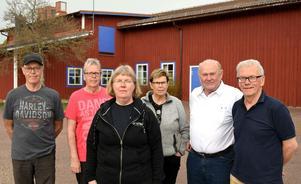 Bror-Erik Hindén, Per-Olof Hindén, Eva Östling, Lisbeth Gråbo, Per-Olof Bergnman och Hans-Erik Bergman jobbar med att skapa ett samhällsrum för glesbygdsservice i en utbyggnad av IOGT- och revylokalen i bakgrunden.