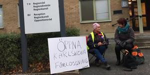 Britt Larsson och Kristina Larsson kräver att förlossning i Karlskoga öppnas vid en protest utanför regionrådens kansli.
