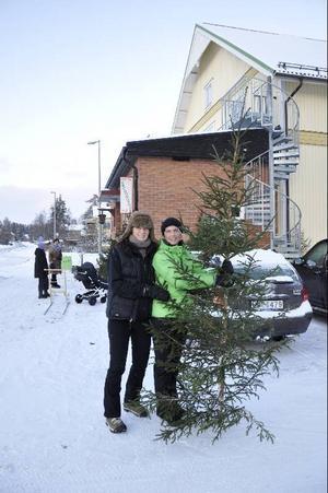 """""""Du måste ta granen nu. Det kan bli tokmycket med snö sedan"""", sade Anna Westling, till höger, om varför Svegsborna är så ivriga. Även Mona-Liz Jonsson, till vänster, passade på att köpa julgran.Foto: Jill Pettersson"""