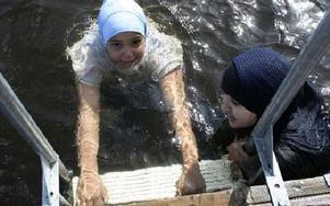 Badande flickor med sjal i Sjövik.FOTO: GUNNEL JOHANSSON