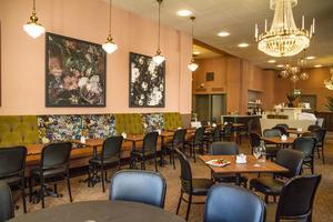 Det nyrenoverade frukostrummet. Inför 110-årsjubileet har Stadshotellet fräschats upp med en renovering som omfattar bland annat lobbyn, stora trappan till festsalen och frukostrummet.  I de här lokalerna huserade  Café Blanche på 1980-talet.