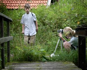 Agera! Inspelningen av Elin Bromans barnfilm har pågått sedan i tisdags. Förra fredagen förflyttades filmandet till den vackra miljön vid Mattsbo hytta. Foto:Peter Ohlsson
