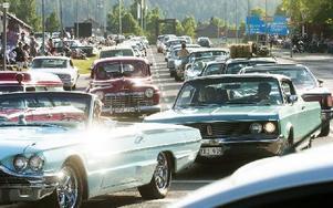 Bilar fyllde Faluns gator under gårdagens cruising. Det var god stämning och glada miner syntes både på och bredvid vägen. Foto: Mikael Forslund
