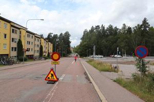 Redan 400 meter före rondellen. här på Kungsgårdsvägen i riktning mot stan, varnas bilister för att det pågår vägarbete där. Cykelbanorna är dock öppna även vid rondellen.
