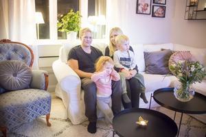 Hela familjen samlad i tv-soffan: Pappa Robert, mamma Amanda, Agnes och Philip.
