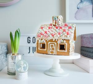 Lily visar sitt fina pepparkakshus som hon och mormor har gjort.