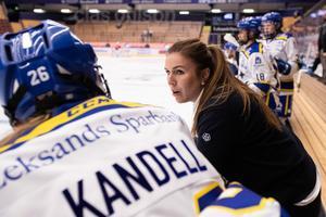 Skadade lagkaptenen Elin Lundberg har stått i båset under matcherna. Det hjälper inte för laget att hon inte finns med på isen. Foto: Daniel Eriksson/Bildbyrån.