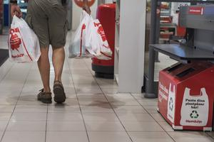 Plastkassarna kan komma att kosta sju kronor styck. Allt för att minska användningen av plast i ett försök att skona miljön. Foto: Stina Stjernkvist/TT