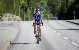 Sara är redo för Ride of Hope. Inför LT:s kamera kör hon en liten sväng på Rönnvägen i Järna.
