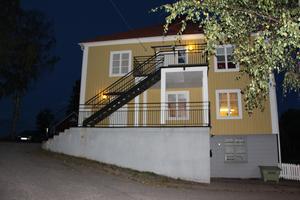 Kommunen har sagt upp hyreskontraktet till fritidsgårdens lokaler i Lurbergsgården. Men bygget av ett nytt allaktivitetshus drar ut på tiden.