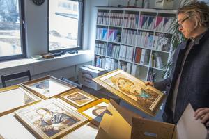 Intendent Björn Norberg visar några av de 67 nedpackade tavlorna. Han önskar att de får komma upp igen.