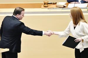 Centerpartiets ledare Annie Lööf (C) skakar hand med statsminister Stefan Löfven (S). Uppgörelsen dem emellan innebär att en socialdemokratisk regering nu dubblar rutavdraget samtidigt som strejkrätten inskränks och arbetsrätten försvagas. Foto: Henrik Montgomery / TT