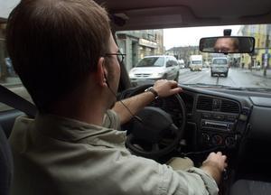 Så här ska det se ut när man talar i telefon i bilen. Handsfree borde införskaffas till hemtjänstpersonalen i Lit, tycker signaturen. Foto: Tor Richardsen